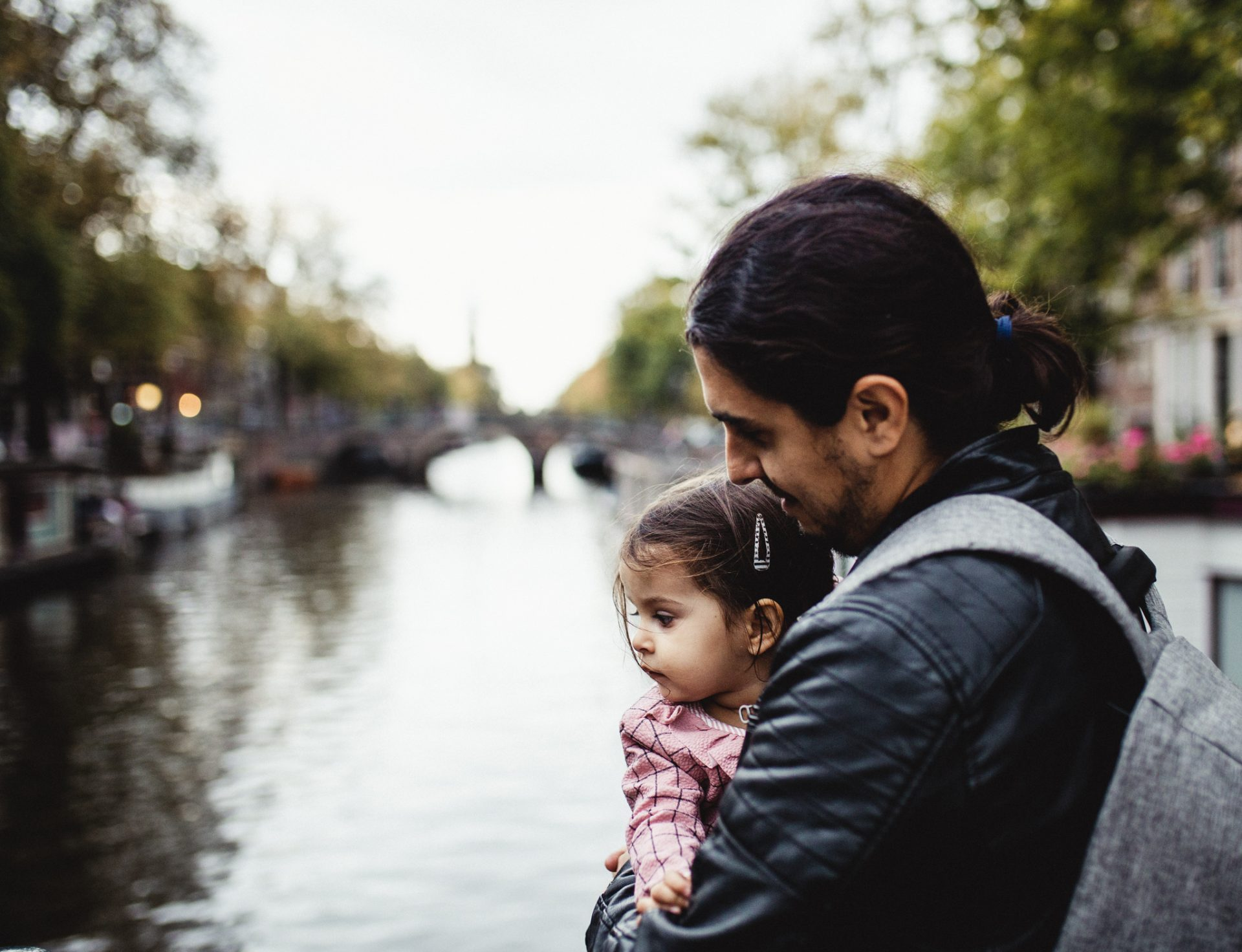 father and his little girl contemplating Amsterdam canals
