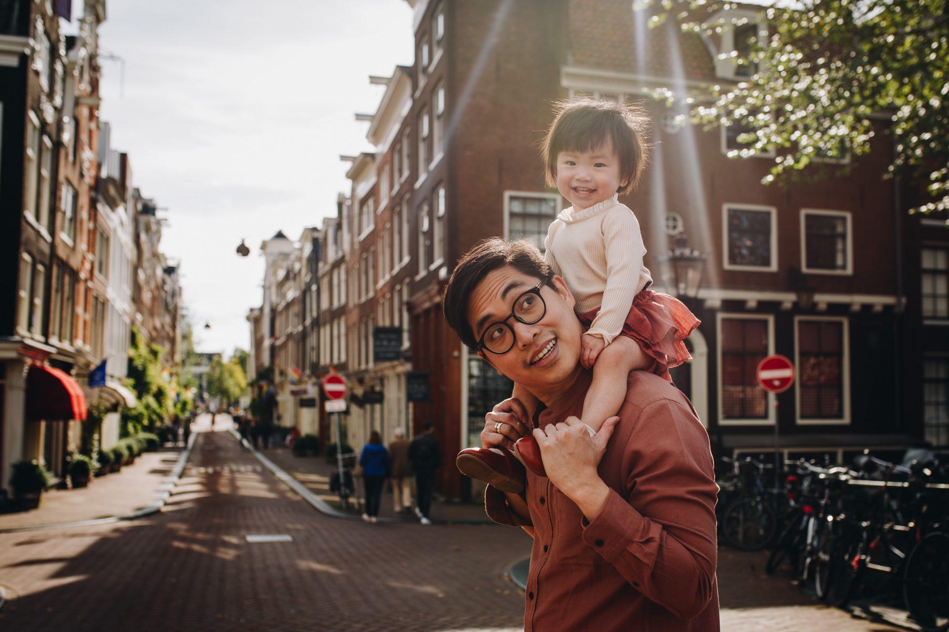 De Jordaan Amsterdam, dad and his little girl on his shoulders